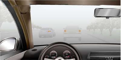 在这样的雾天跟车行驶,以下说法不正确的是?