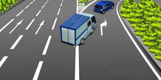 如图所示,该货运车辆驶出高速公路的方法是正确的。