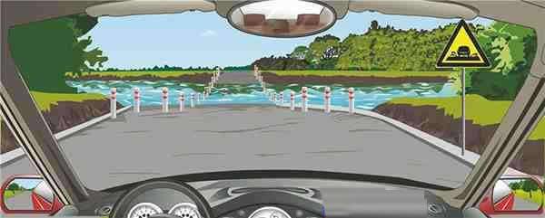 右侧标志提醒前方是过水路面。