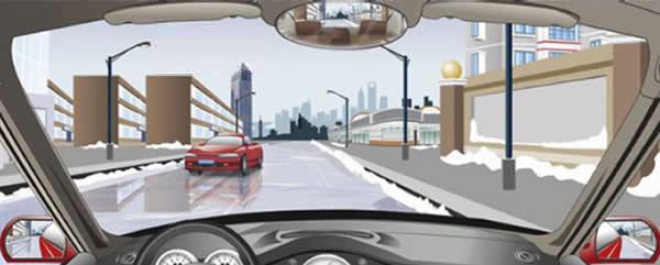 在这种结冰的道路上怎样会车?