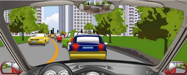遇到这种前方拥堵路段通行缓慢时怎样行驶?
