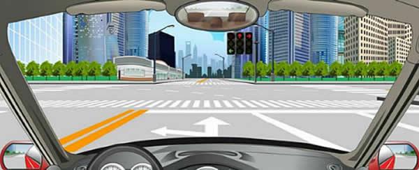这个路口允许车辆怎样行驶?
