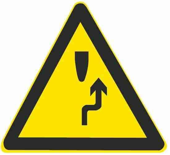 这个标志的含义是告示前方道路是单向通行路段。