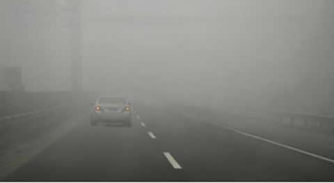 在高速公路上开车遇到图中所示的情况时,以下操作不正确的是什么?