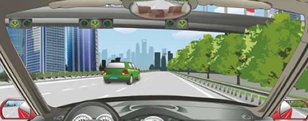驾驶机动车要选择绿色箭头灯亮的车道行驶。