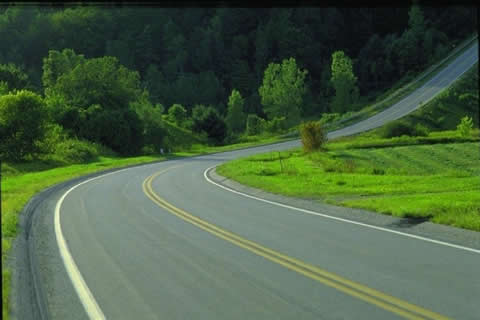 行驶至这种上坡路段时,以下做法正确的是什么?