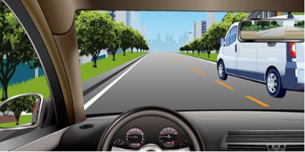 如图所示,当您超越右侧车辆时,应该尽快超越,减少并行时间。