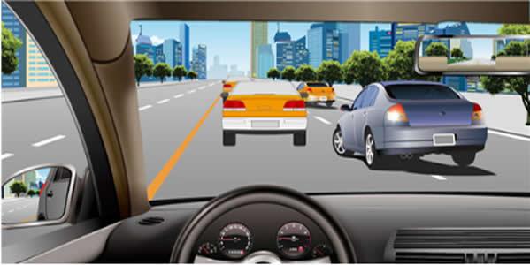 如图所示,车辆在拥挤路段排队行驶时,遇到其他车辆强行穿插行驶,以下说法正确的是什么?