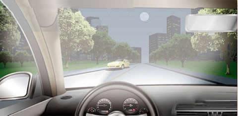 夜间行驶,与对向车道车辆交会时,以下做法正确的是?