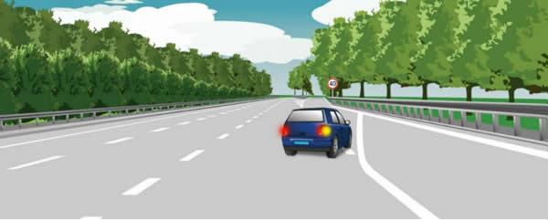 这辆小型载客汽车驶离高速公路行车道的方法是正确的。